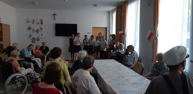 Grupa młodzieży podczas wolontariatu (2)