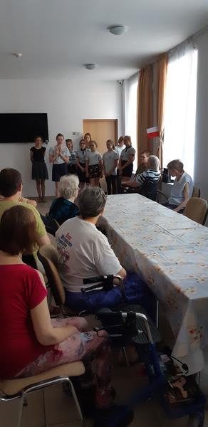 Grupa młodzieży podczas wolontariatu (5)