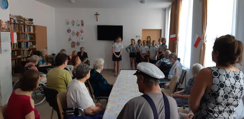 Grupa młodzieży podczas wolontariatu