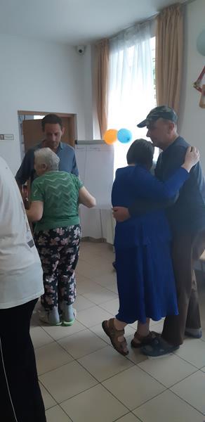 Mieszkańcy podczas zabawy tanecznej (14)