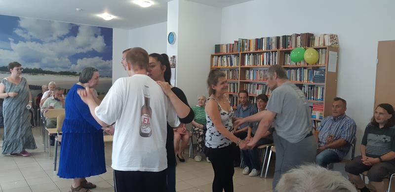 Mieszkańcy podczas zabawy tanecznej (29)