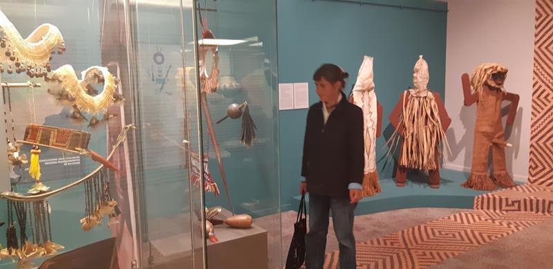 Mieszkańcy podczas wycieczki do Muzeum - Rękodzieło Indian Amazonii (13)
