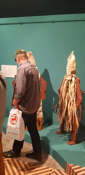 Mieszkańcy podczas wycieczki do Muzeum - Rękodzieło Indian Amazonii