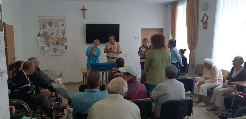 Młodzi mieszkańcy tymczasowego domu dla jeży wraz ze swoimi opiekunami odwiedzili Lubomirskiego.  (45)