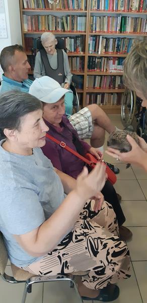 Młodzi mieszkańcy tymczasowego domu dla jeży wraz ze swoimi opiekunami odwiedzili Lubomirskiego.  (60)