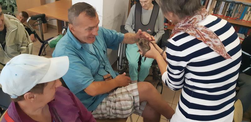 Młodzi mieszkańcy tymczasowego domu dla jeży wraz ze swoimi opiekunami odwiedzili Lubomirskiego.  (63)
