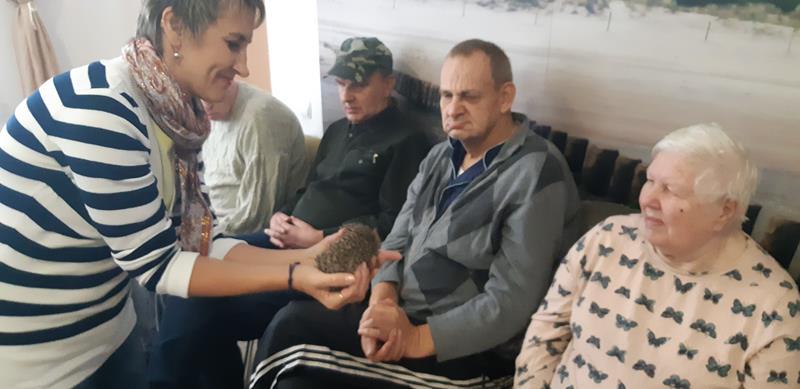 Młodzi mieszkańcy tymczasowego domu dla jeży wraz ze swoimi opiekunami odwiedzili Lubomirskiego.  (68)