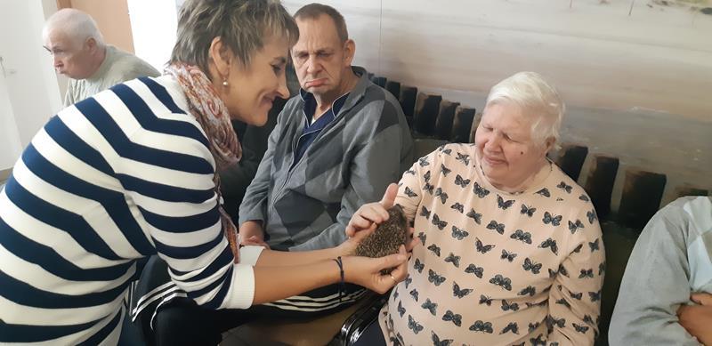 Młodzi mieszkańcy tymczasowego domu dla jeży wraz ze swoimi opiekunami odwiedzili Lubomirskiego.  (69)