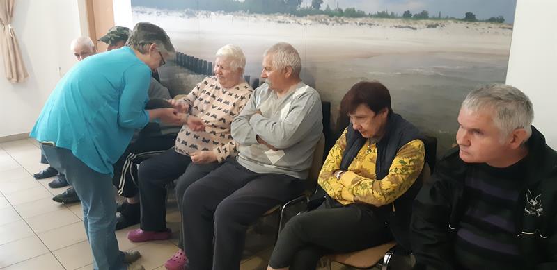 Młodzi mieszkańcy tymczasowego domu dla jeży wraz ze swoimi opiekunami odwiedzili Lubomirskiego.  (75)